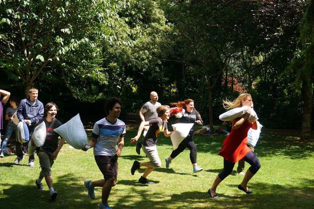 running-pillow-fight-game