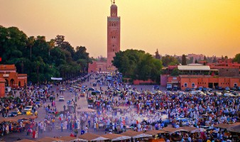 Jemaa el Fna (central square), Mosquee Koutoubia (mosque) in background, Marrakech, Morocco