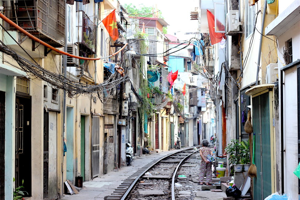 Visiting The Terrifying Hanoi Train Street - Journalist On The Run